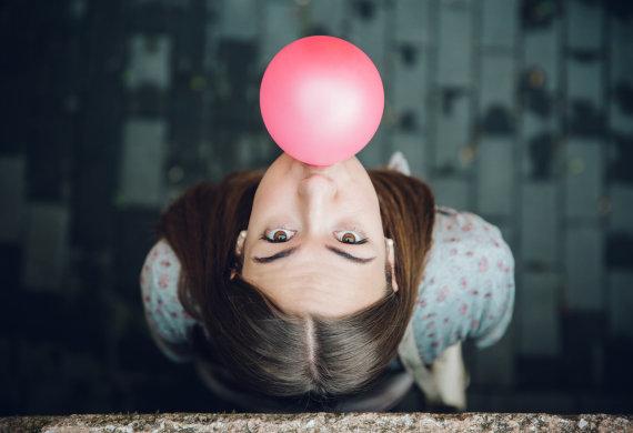 """""""Fotolia"""" nuotr./Mergina pučia kramtomosios gumos burbulą"""