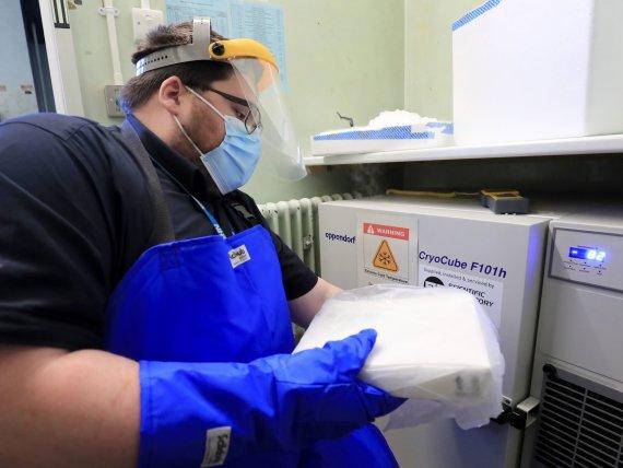 "AFP/""Scanpix"" nuotr./""Pfizer"" vakcinos dozės gabenamos specialiais konteineriais"