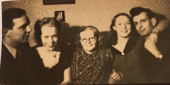 Nuotr. iš Fjólos Steinsdóttir Mileris archyvo/Vladimiras Knopf-Mileris, Fjola Steinsdóttir Mileris, Una Hjartardóttir, Svava Ágústsdóttir ir Teodoras Bieliackinas, 1943, Reikjavikas.