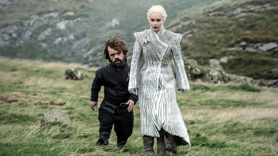 """HBO nuotr./Emilia Clarke ir Peteris Dinklage'as seriale """"Sostų karai"""""""