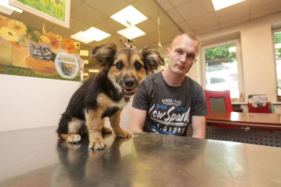 Eriko Ovčarenko / 15min nuotr./Išgelbėtas šuniukas ir jį priglaudęs ugniagesys gelbėtojas Donatas Kriogas