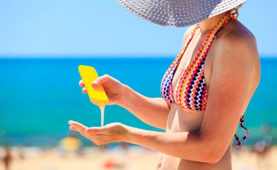 123RF.com nuotr./Moteris tepasi apsauginiu kremu nuo saulės