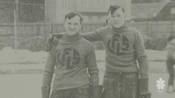 """Kęstutis Bulota (kairėje). Dokumentinio filmo """"Jau 100 metų nenuleidžiame rankų"""" stop kadras."""
