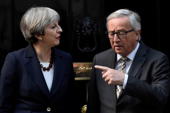 """Reuters""/""Scanpix"" nuotr./Theresa May ir Jeanas-Claude'as Junckeris Londone"
