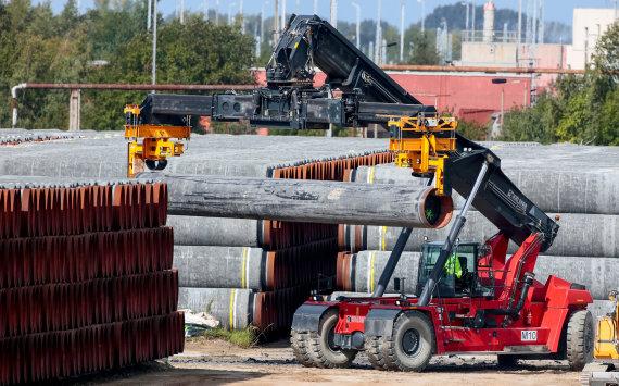 """""""Reuters""""/""""Scanpix"""" nuotr./""""Nord Stream 2"""" vamzdžiai Mukrano uoste"""