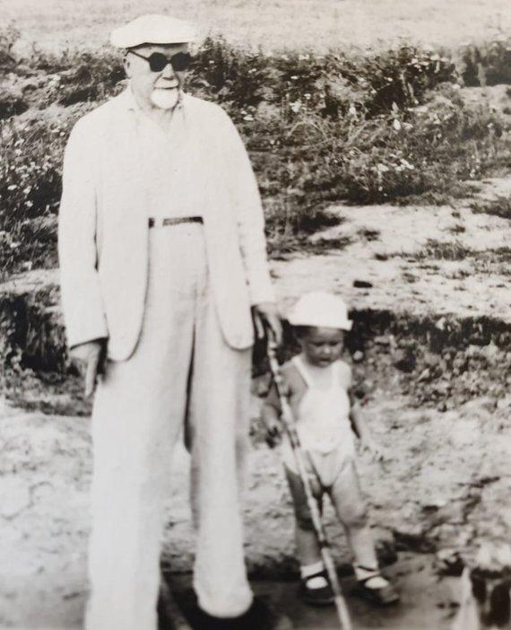 Asmeninio archyvo nuotr./Liudas Mažylis su seneliu
