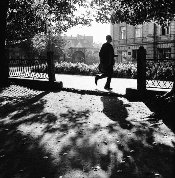 """Vidudienis S.Moniuškos skvere, 1965. Nuotrauka iš A.Kunčiaus albumo """"Fotografuota Vilniuje 1960-1970 metais"""""""