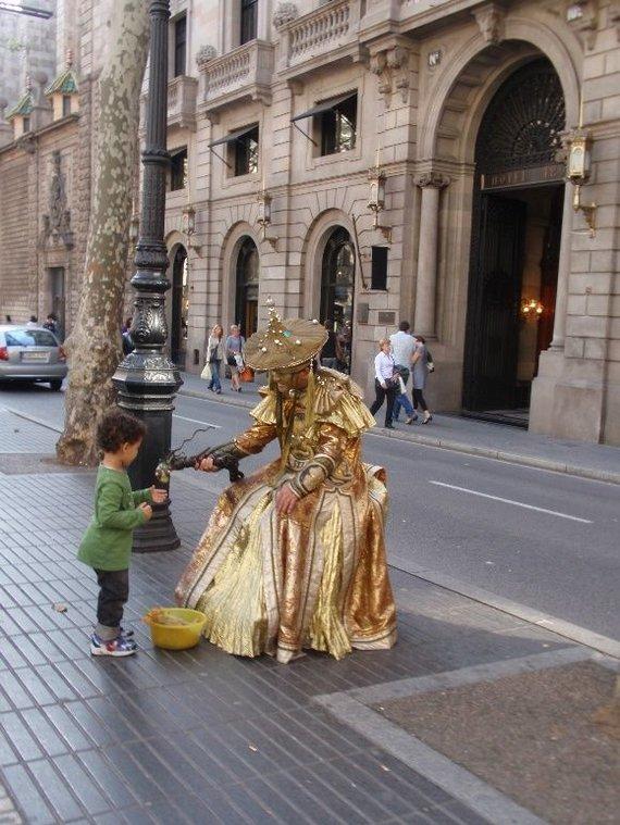 Juliaus Kalinsko / 15min nuotr./Vienoje populiariausių Barselonos gatvių pavadintoje La Rambla, kasdien pasirodo dešimtys įspūdingų ir margų gyvųjų skulptūrų, masinančių turistų minias.