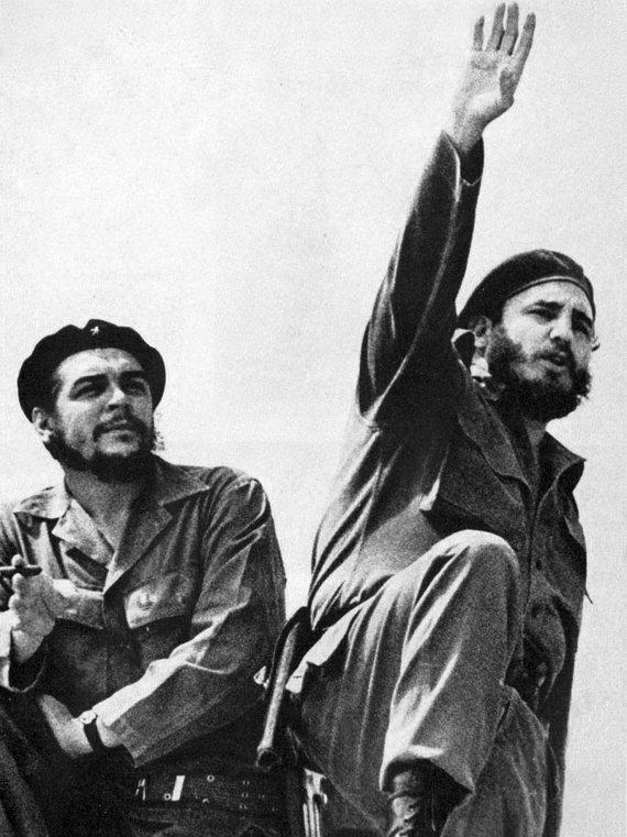 Wikipedia.org nuotr./Che Guevara (kairėje) ir Fidelis Castro (1961 m.)