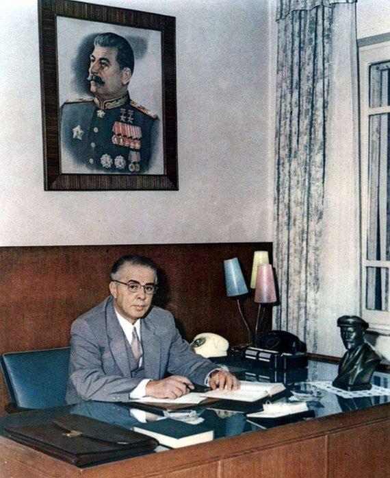 Wikipedia.org nuotr./Enveras Hoxha darbo kabinete (1971 m.)