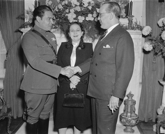 Wikipedia.org nuotr./Fulgencio Batista su pirmąja žmona Elisa Godinez-Gómez per vizitą Vašingtone susitinka su Kubos ambasadoriumi Pedro Fraga. (1938 m.)