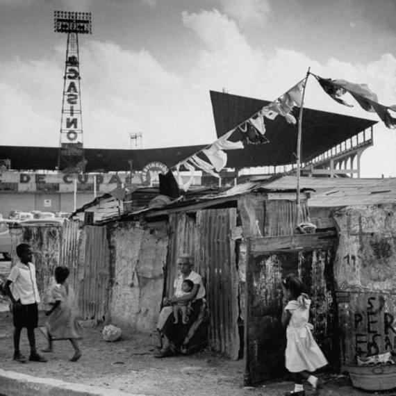 Wikipedia.org nuotr./Havanos kontrastai: vargšų lūšnynai kazino iškabų fone (1954 m.)