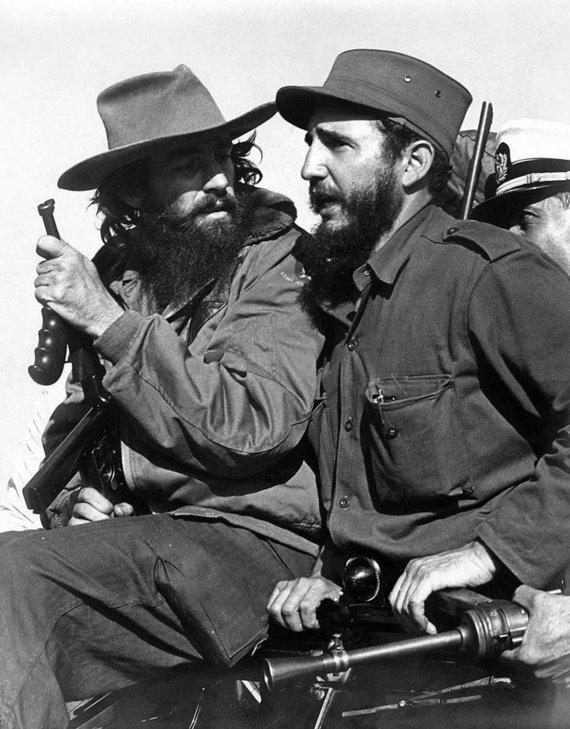 Luiso Kordos/Wikipedia.org nuotr./Revoliucionieriai Fidelis Castro (dešinėje) ir Camilo Cienfuegosas įvažiuoja į Havaną (1959 m. sausio 8 d.)