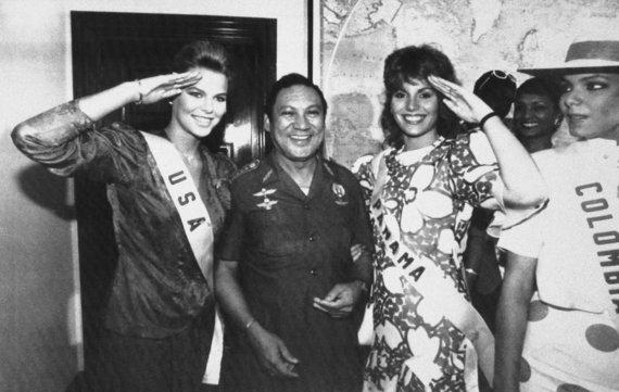 """Scanpix""/AP nuotr./Manuelis Noriega su Mis JAV Christy Fichtner ir Mis Panama Gilda Garcia Lopez (1986 m.)"