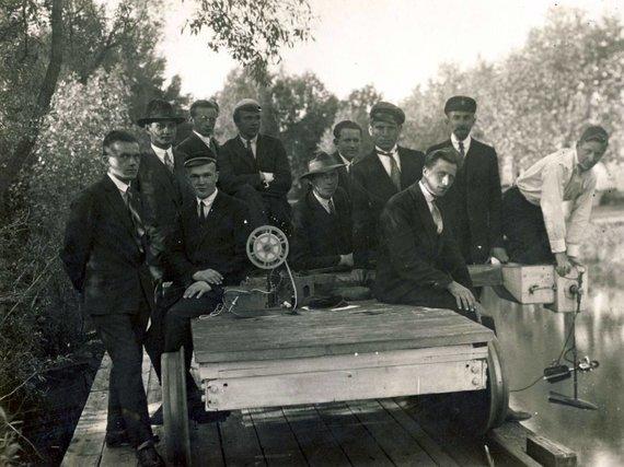 KTU muziejaus archyvo nuotr./Prof. Steponas Kolupaila su Technikos fakulteto studentais praktikos užsiėmimuose, 1939 m.