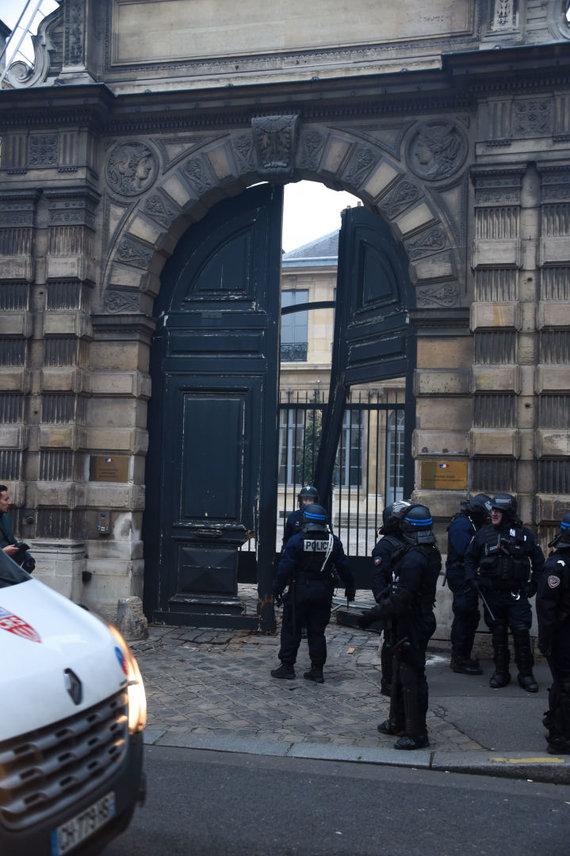 """""""Scanpix""""/""""SIPA"""" nuotr./Išlaužti Vidaus reikalų ministerijos pastato vartai"""