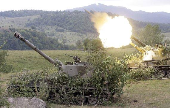 """""""Reuters""""/""""Scanpix"""" nuotr./Rusijos mobilioji artilerija ties Džavos kaimo Pietų Osetijoje apšaudo gruzinų pozicijas"""