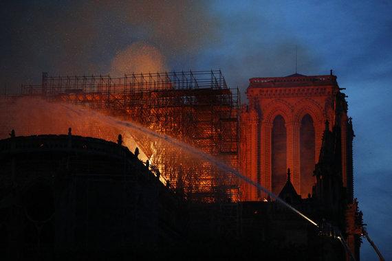 """""""Scanpix""""/AP nuotr./Deganti Paryžiaus Dievo Motinos katedra"""