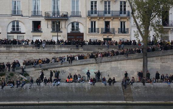 """""""Scanpix""""/""""SIPA"""" nuotr./Paryžiečiai stebi katedros gaisrą."""