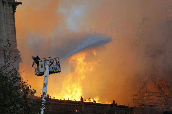 """""""Scanpix""""/AP nuotr./Paryžiaus Dievo Motinos katedros gaisras"""