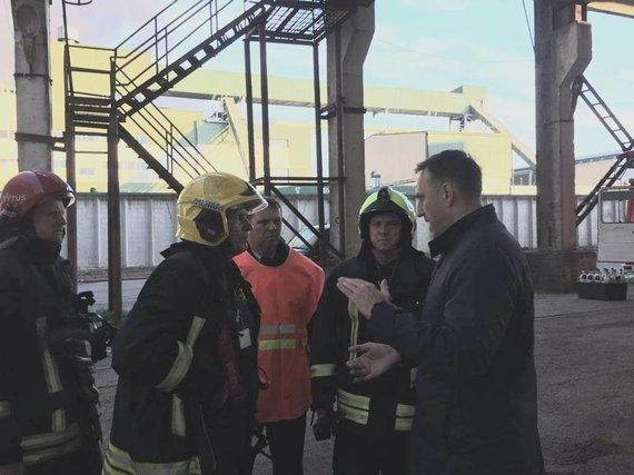 """Nuotr. iš Alytaus miesto mero Nerijaus Cesiulio """"Facebook"""" paskyros/Nerijus Cesiulis gaisravietėje su ugniagesiais"""