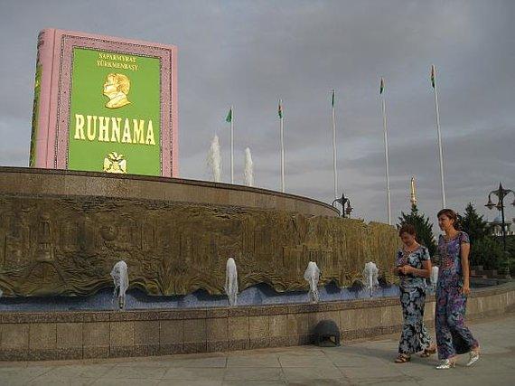 """AFP/""""Scanpix"""" nuotr./Turkmėnistano sostinėje Ašchabade """"Ruhnamai"""" anksčiau net buvo pastatytas paminklas."""
