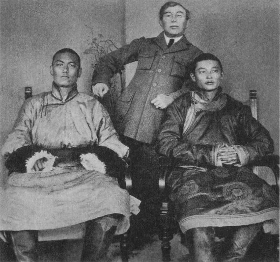 Wikipedia.org nuotr./Damdinas Suchė Batoras (kairėje) ir Chorlogijnas Čoibalsanas (dešinėje) (1921 m.)