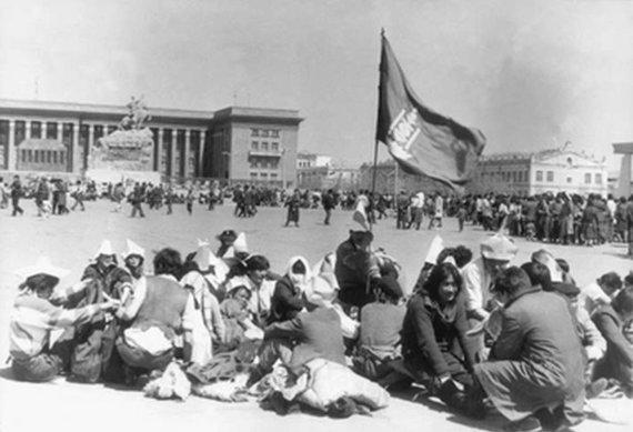 Wikipedia.org nuotr./Badaujantys protestuotojai Ulan Batore (1990 m.)