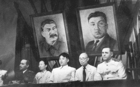 Wikipedia.org nuotr./Kim Il Sungas (centre) jungtinio Korėjos darbo partijos ir Naujosios liaudies partijos suvažiavimo metu (1946 m.)