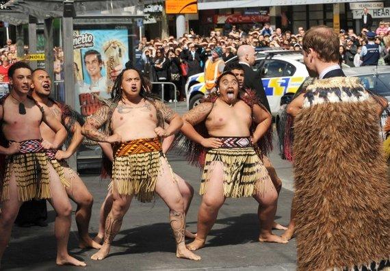 """""""Scanpix"""" nuotr./Maoriai princą Williamą pasveikino tradiciškai."""