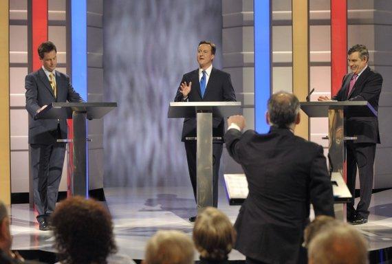 """""""Reuters""""/""""Scanpix"""" nuotr./Nickas Cleggas, Davidas Cameronas ir Gordonas Brownas televizijos debatų laidoje"""