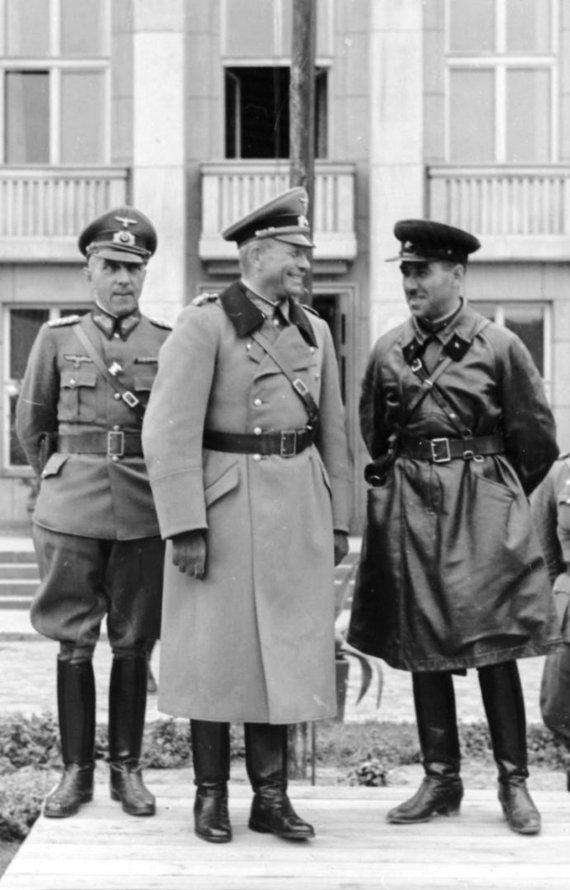 Vokietijos Bundesarchyvo/Wikimedia.org nuotr./Generolas majoras Heinzas Guderianas ir brigados vadas Semionas Krivošejinas priima bendrą Vokietijos ir SSRS kariuomenių paradą Breste po Lenkijos sutriuškinimo.
