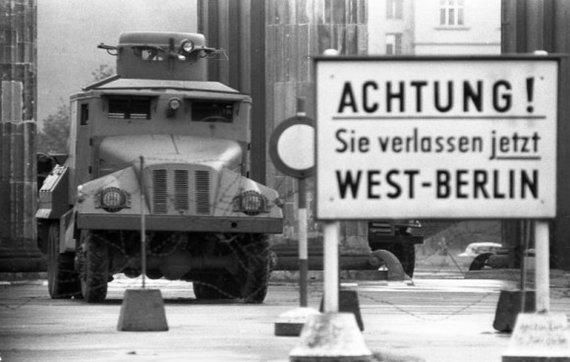 Vokietijos Bundesarchyvo/Wikimedia.org nuotr./Rytų ir Vakarų Berlyno siena (1961 m.)