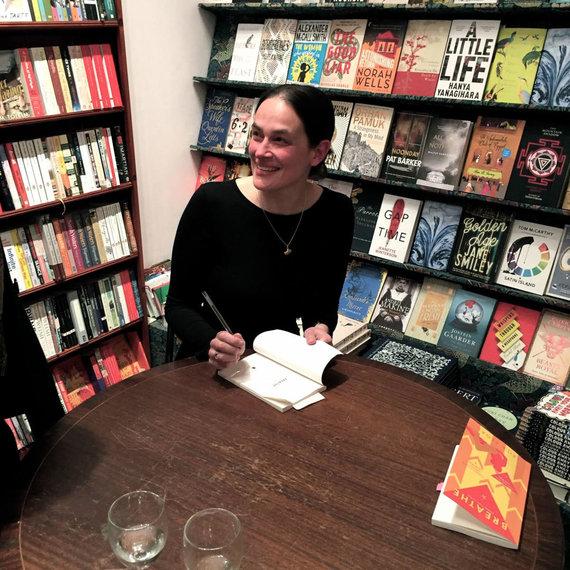 """Asmeninio albumo nuotr./Leila Segal dalija autografus Londono knygyne, pasirodžius jos debiutinei knygai """"Breathe"""""""