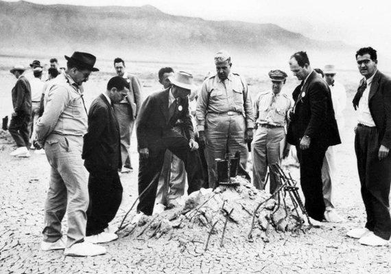 """Wikipedia.org nuotr./Julius Robertas Oppenheimeris (centre su skrybėle) po kelių savaičių """"Trinity"""" sprogimo vietoje"""
