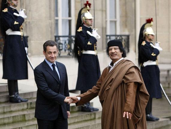 """AFP/""""Scanpix"""" nuotr./Nicolas Sarkozy ir Muamaro Kadhafi susitikimas Eliziejaus rūmuose (2007 m.)"""