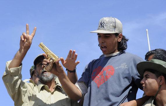 """AFP/""""Scanpix"""" nuotr./Auksinis Muamaro Kadhafi pistoletas sukilėlių rankose"""