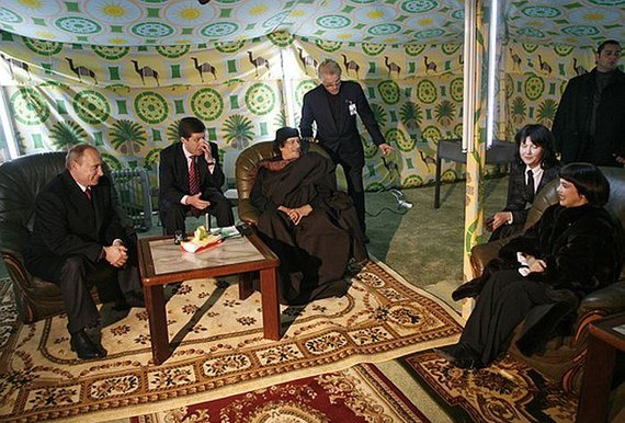 Wikipedia.org nuotr./Maskvoje pastatytoje Muamaro Kadhafi palapinėje lankosi Vladimiras Putinas ir Prancūzijos estrados žvaigždė Mireille Mathieu