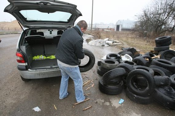 Juliaus Kalinsko / 15min nuotr./Uždarius miestiečiams žinomą atliekų surinkimo aikštelę Viršuliškėse, gyventojai dėvėtas padangas krauna į krūvą šalia jos, 2018 m.