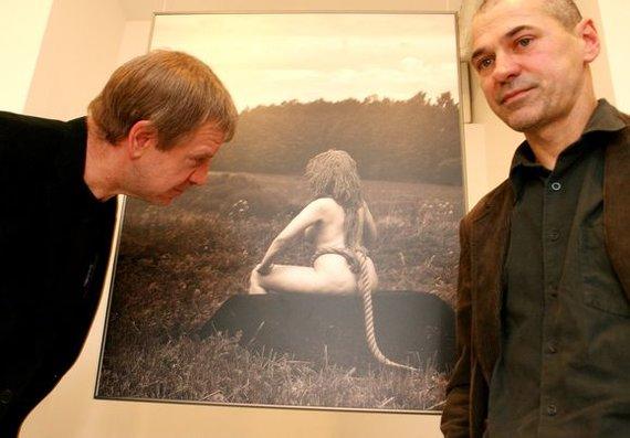 Dienraštis L.T./ Ramūno Danisevičiaus nuotr./Menininkas Algis Griškevičius (dešinėje) per savo fotografijos parodos atidarymą.