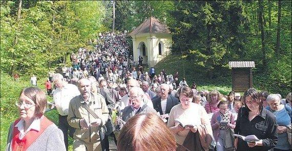 Vilniaus Kalvarijų parapijos archyvo nuotr./Gausiausiai maldininkų į Kalvarijas patraukia per Sekminių atlaidus.