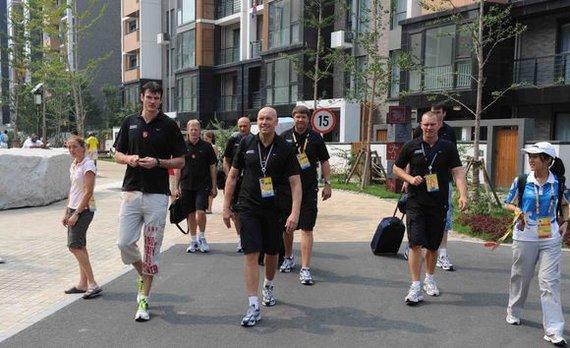 """Jono Yuno/""""15min.lt"""" nuotr./2008 m. Krepšininkai palieka olimpinį kaimelį."""
