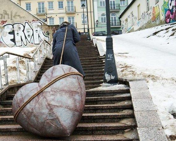 """Bohemiečių nuotr./Bohemiečių """"Onegino"""" meilės kančias simbolizuoja metalinė širdis"""