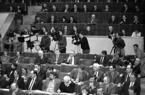 Seimo archyvo/ Algirdo Sabaliausko, Pauliaus Lileikio, Jono Juknevičiaus nuotr./LR Aukščiausiosios Tarybos-Atkuriamojo Seimo deputatai plenarinių posėdžių salėje posėdžio metu