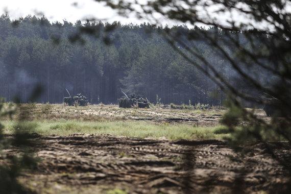 Ievos Budzeikaitės nuotr. /Kariai vertinamosiose pratybose treniruojasi atlikti puolimo ir gynybos veiksmus bei kovoti artimojo mūšio sąlygomis.