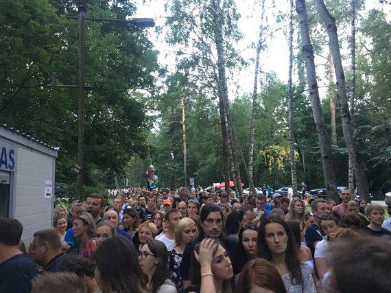 15min nuotr. /Gerbėjai renkasi į Robbie Williamso koncertą