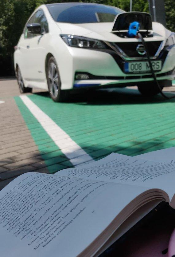 15min nuotr./Įkraunant bateriją galima skaityti knygą