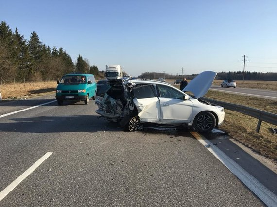"""D.Lyguto nuotr./Balandžio 8 d. avarija prie Kauno: pienovežis atsitrenkė į """"Volvo XC 60"""""""