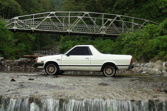 Subaru Brat – JAV ir Kanadoje šie automobiliai turėjo papildomas plastikines sėdynes krovinių skyriuje gale. (Ferjim, Wikimedia)