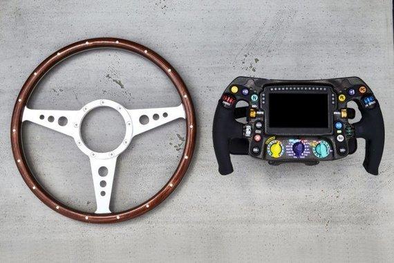 Formulės 1 bolidų vairai per kelis dešimtmečius tapo sudėtingais kompiuteriais. (Mercedes-Benz nuotrauka)